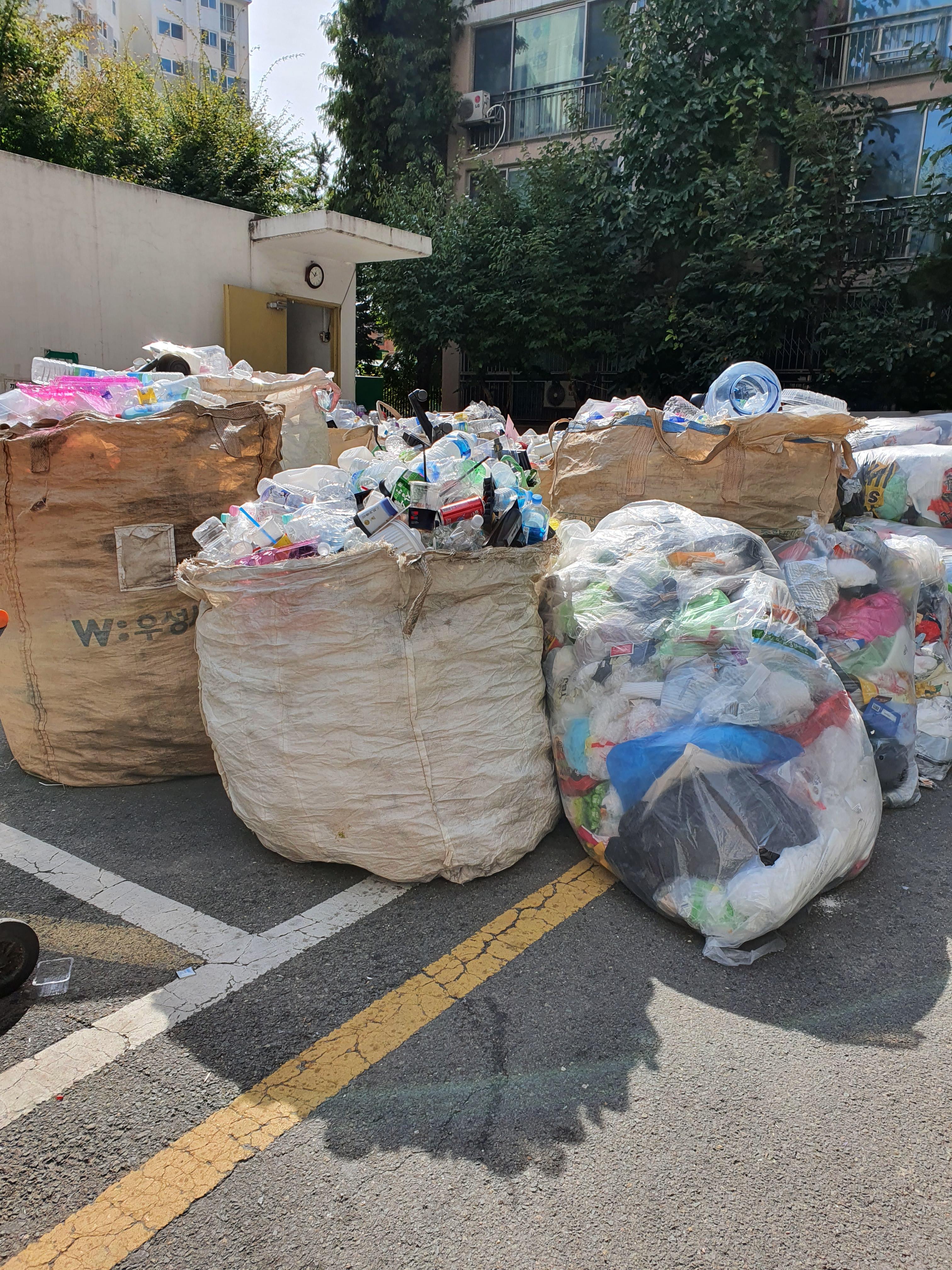 코로나 여파로 수출길이 막혀 재활용쓰레기도 갈길을 잃다
