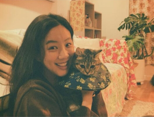 고양이를안고있는여자-미소짓고있는여자-쇼파