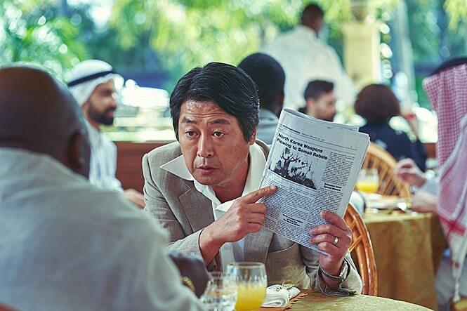 신문-앉아있는남자-대화하는중
