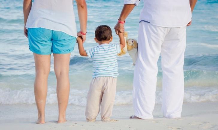 부모와 아이가 바다를 보는 사진