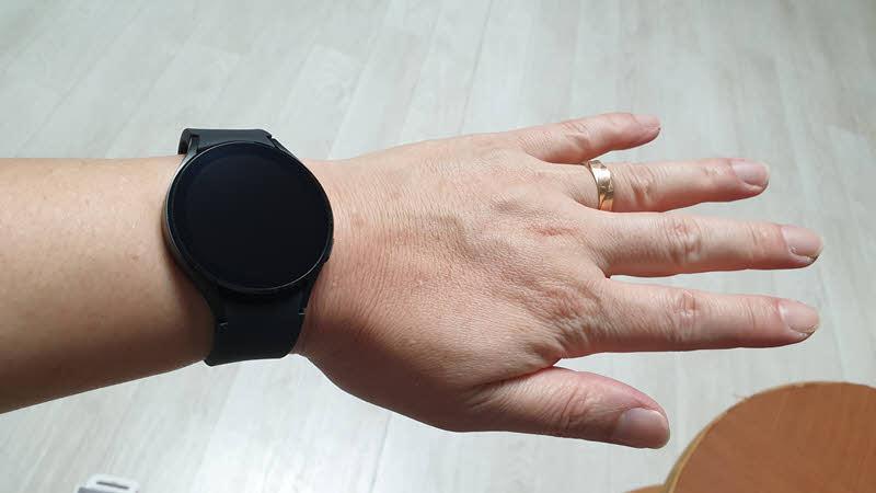 Galaxy Watch 4 44mm SM-R870 손목 착용 사진
