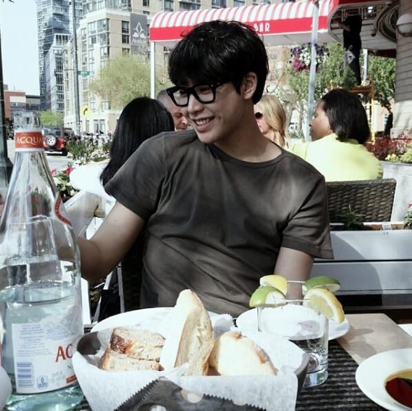 야외에서빵과음료-안경쓴남자-웃고있는모습