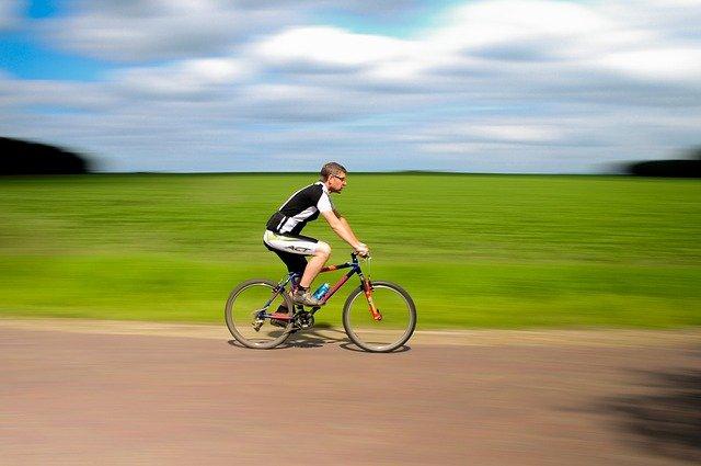 들판에서 자전거를 타고 있다
