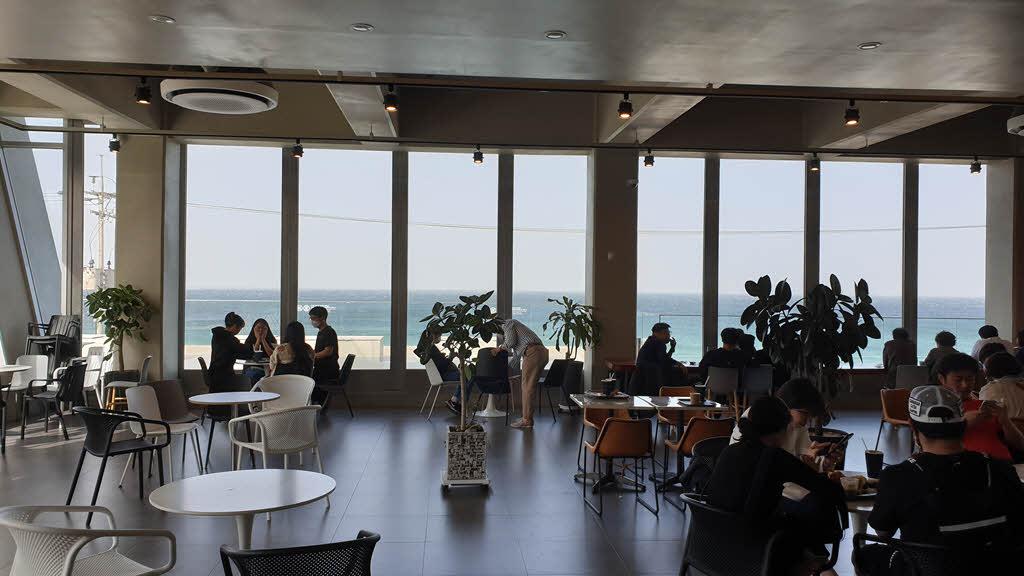 카페 곳의 2층에서 바라본 바다 풍경