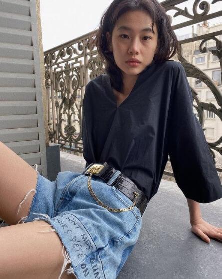 청반바지를입은-앉아있는여자의모습