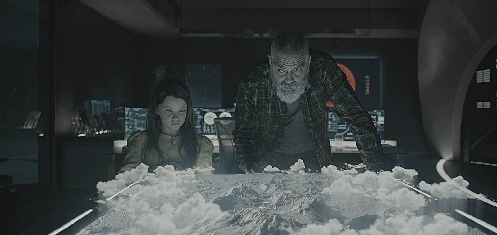 입체 지도를 보고 있는 오거스틴과 아이리스