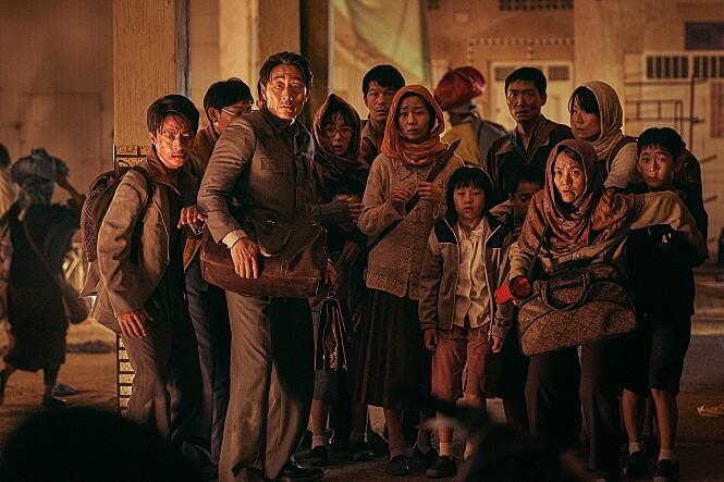 모여있는여러명의사람들-두려워하는모습-대치중인상태