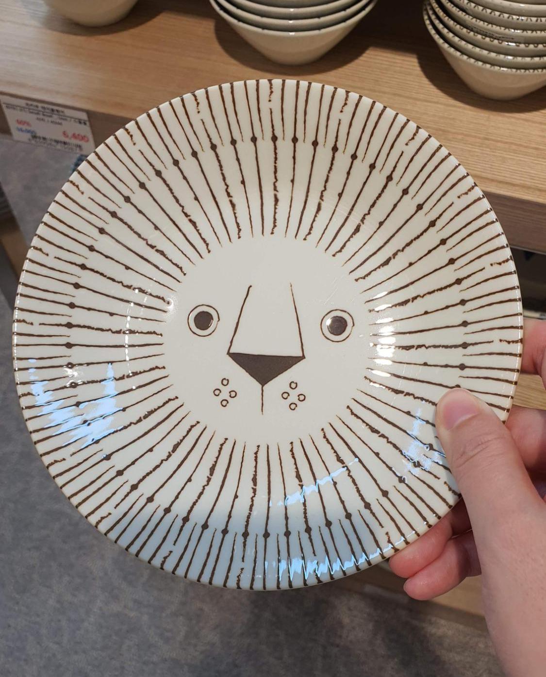 귀여운-사자-얼굴이-그려진-접시