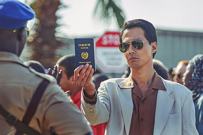 여권을들고있는-안경쓴남자-대치중