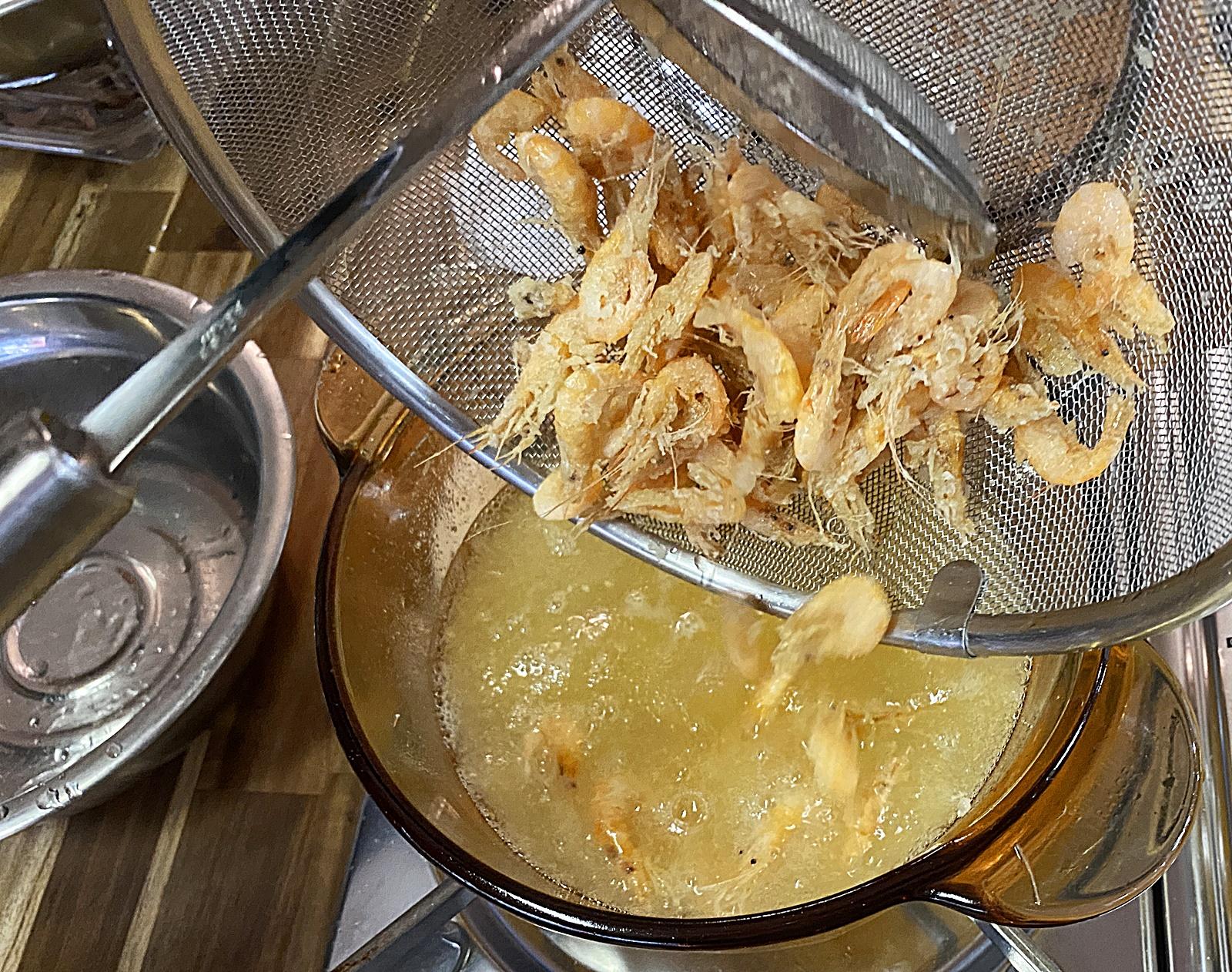 민물 새우 2번째 튀김 넣기
