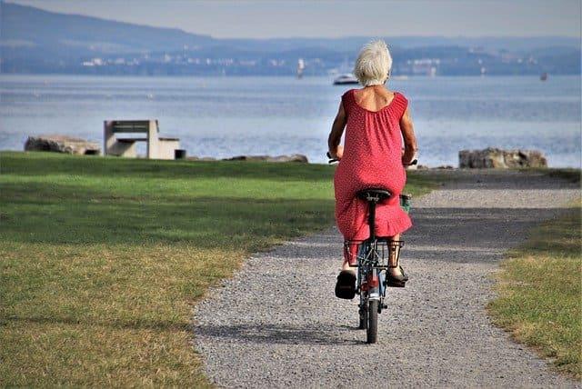 노인 자전거 타는 모습