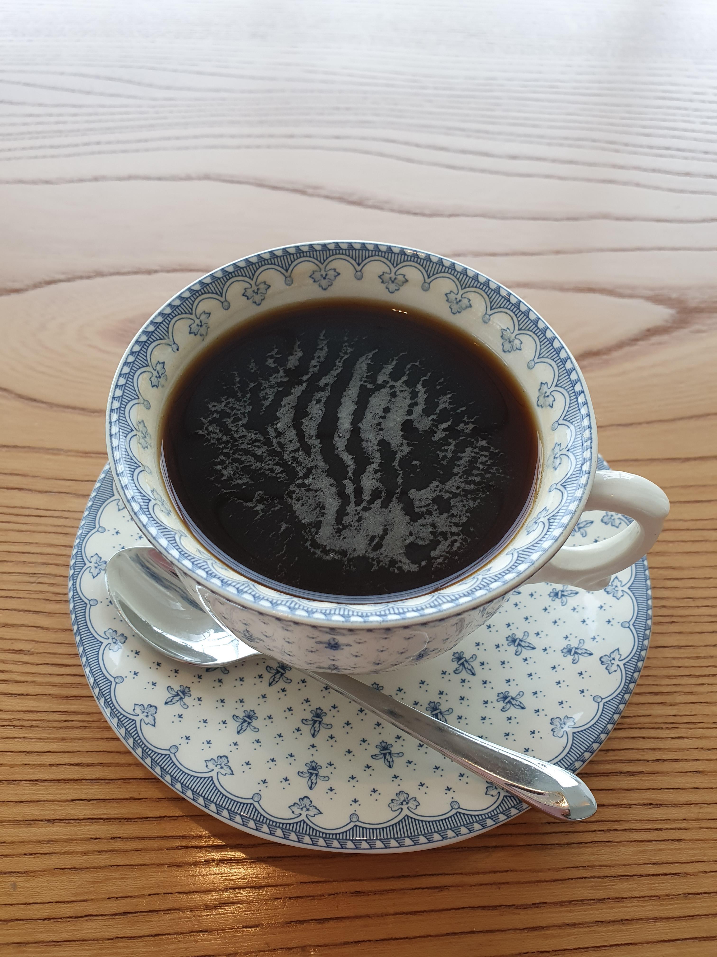 예쁜 잔에 담긴 커피