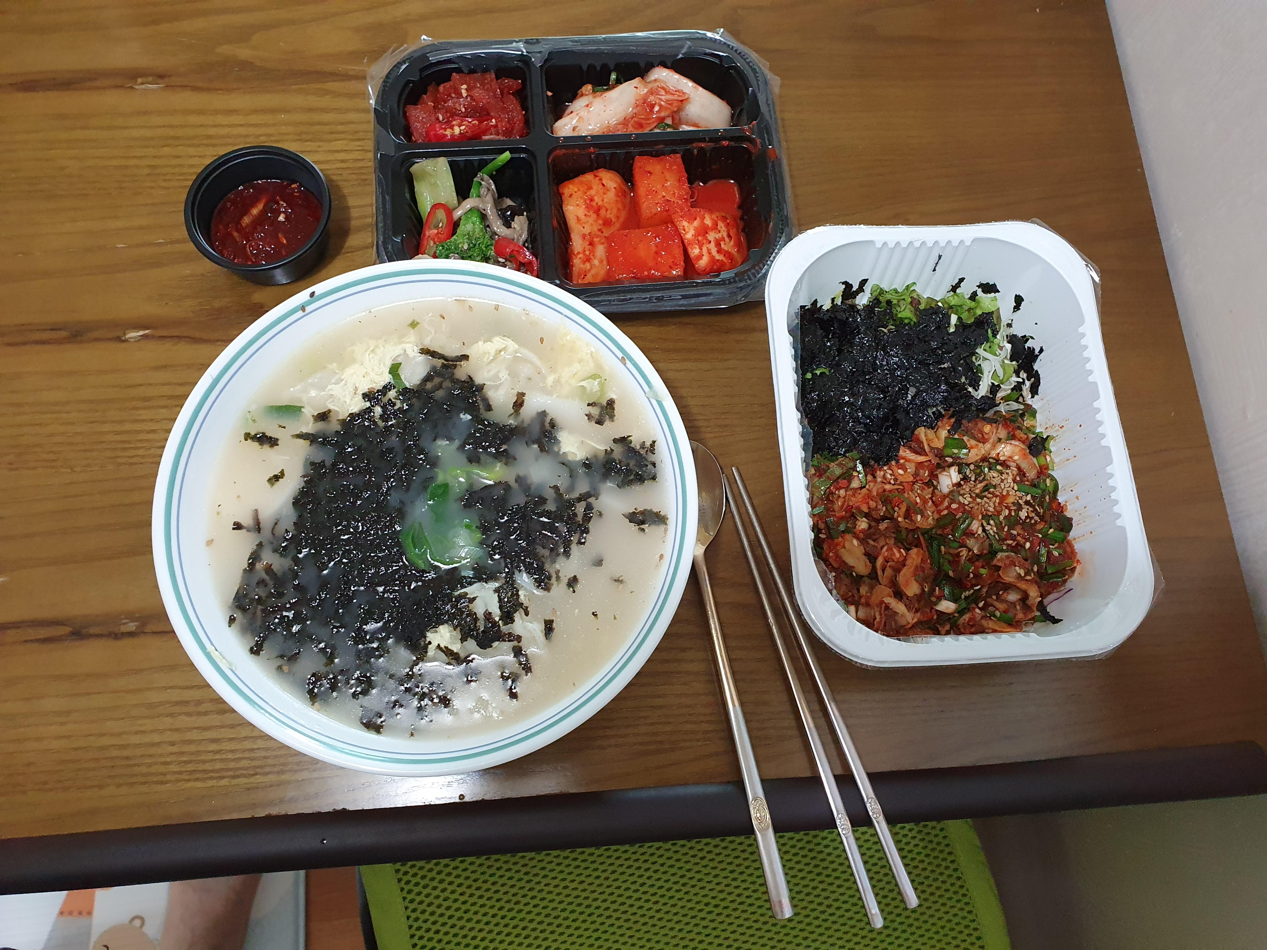 꼬막비빔밥과 만두국 : 꾸물거리는 날엔 따뜻한 식사를 해요.