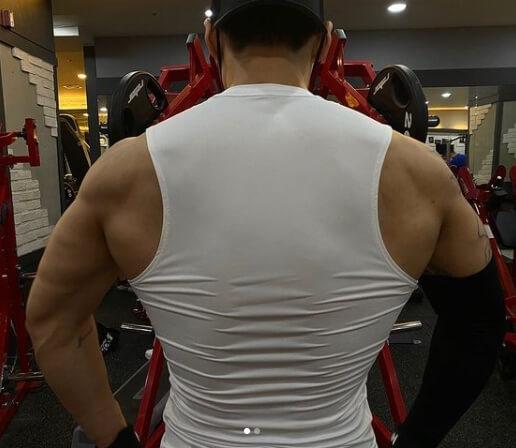 나시를입은-남자근육질뒷모습
