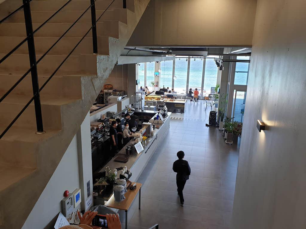 카페 곳 - 2층 오르는 계단에서 바라본 1층