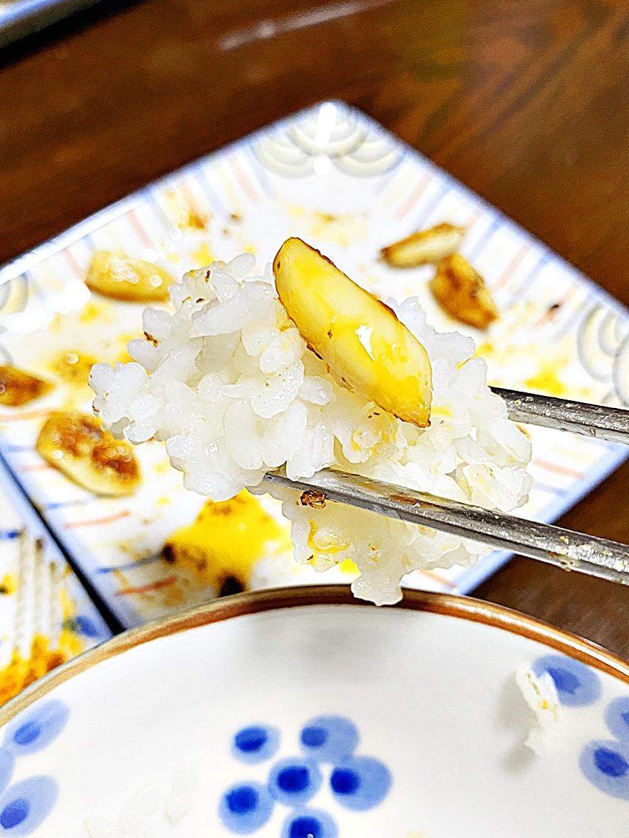 밥 위의 마늘 구이