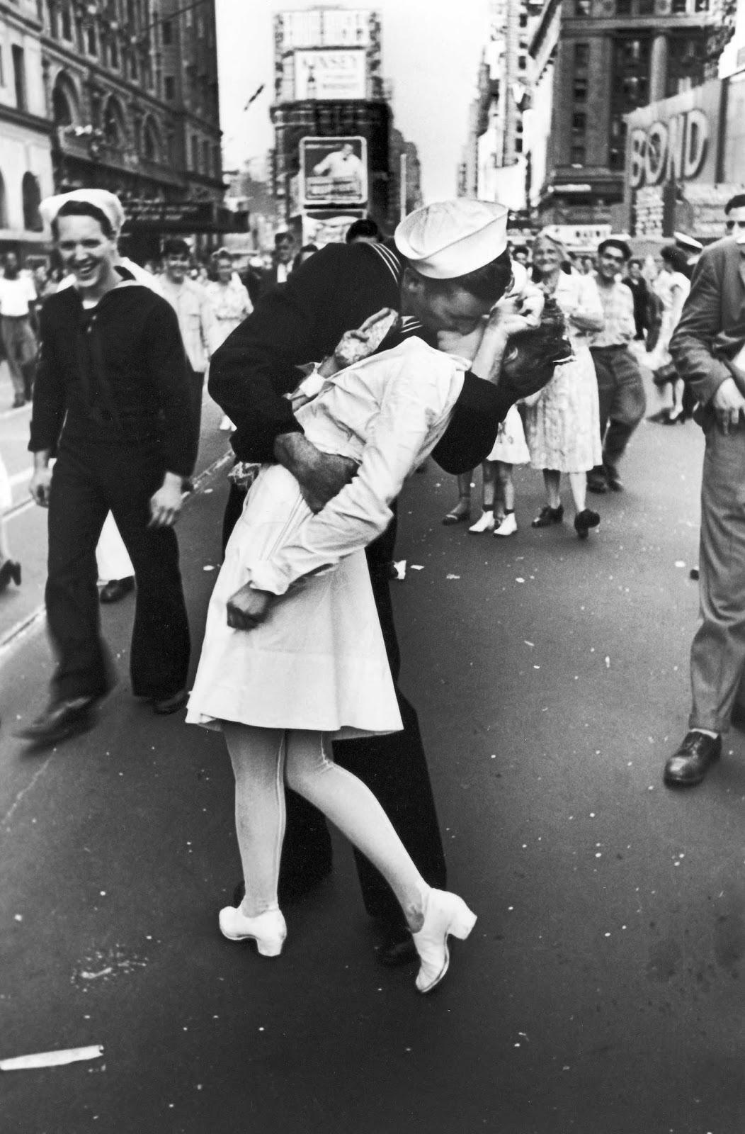 2차세계대전 종전을 상징하는 승리의 키스 사진 속 흥미로운 이야기