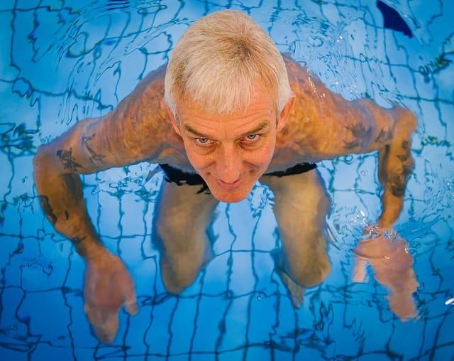 노인 물속에서 걷기 운동